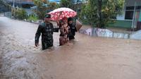 Banjir dengan tinggi sekitar 1,5 meter merendam 1.014 rumah di Kecamatan Labuan, Kabupaten Pandeglang, Banten, sejak pagi tadi, Rabu (26/12/2018).