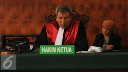 Ketua Hakim, Sutarjo membacakan putusan saat sidang praperadilan di PN Jakarta Pusat, Senin (2/11). Majelis tidak menerima gugatan peradilan dari MAKI dan menerima eksepsi termohon KPK terkait kasus Bank Century. (Liputan6.com/Gempur M Surya)