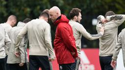 Pelatih Ajax Amsterdam Erik Ten Hag memantau anak asuhnya berlatih jelang menghadapi Tottenham Hotspur pada leg kedua Liga Champions di Amsterdam, Belanda, Selasa (7/5/2019). Setelah menang 1-0 pada leg pertama, para pemain Ajax terlihat hanya melakukan latihan santai. (JOHN THYS/AFP)