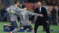 Zidane merayakan gol bersama Ronaldo dan Sergio Ramos saat melawan AS Roma  pada Liga Champions di Olympic stadium, Roma, (18/2/2016). Zinedine Zidane mundur dari kursi pelatih Madrid setelah meraih trofi Liga Champions tiga kali. (AFP/Alberto Pizzo)