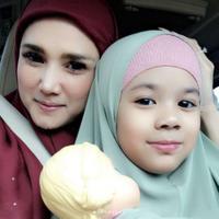 Mulan Jameela mengunggah foto bersama putrinya yang berhijab (Instagram/@mulanjameela1)