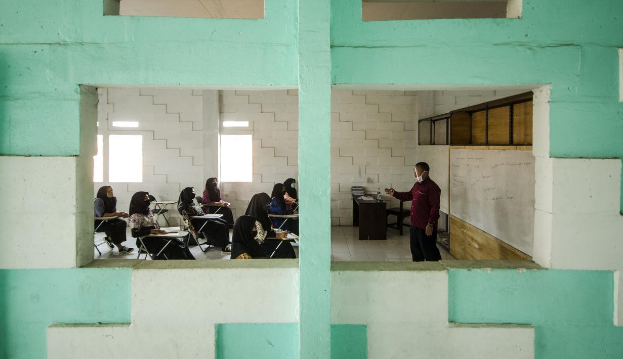 Guru mengajar siswa SMA saat pembelajaran tatap muka di Sekolah Islam Ibnu Aqil Ibnu Sina, Soreang, Bandung, Jawa Barat, Rabu (5/8/2020). Indonesia akan mengizinkan sekolah di zona hijau COVID-19 melakukan pembelajaran tatap muka di bawah protokol kesehatan yang ketat. (Xinhua/Septianjar)