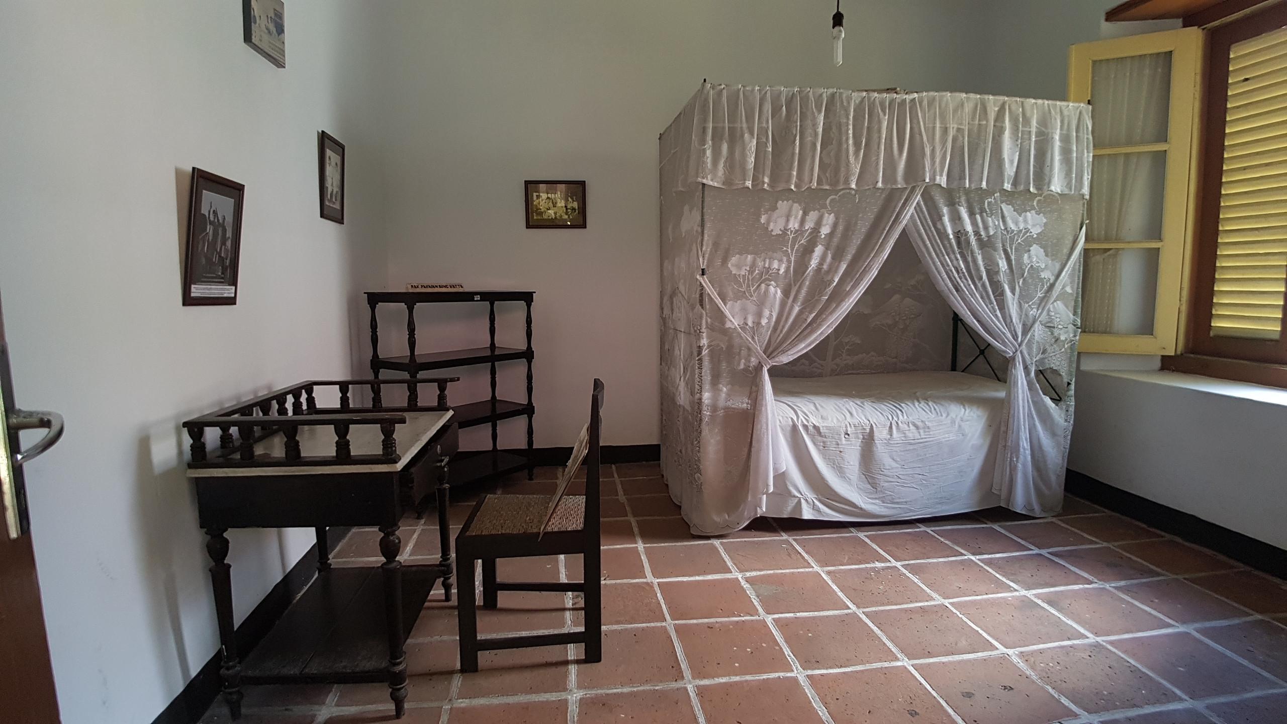 Ranjang yang digunakan Mohammad Hatta selama berada di rumah pengasingan di Jalan Hatta, Desa Dwi Warna, Kecamatan Banda, Banda Neira, Maluku. (Liputan6.com/Aditya Eka Prawira)