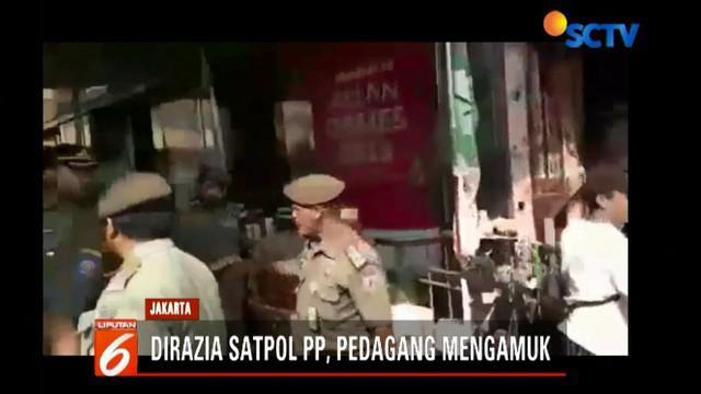 Petugas Satpol PP Jakarta terus merazia pedagang kaki lima atau PKL di Tanah Abang, Jakarta Pusat.