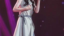 Keisya kerap tampil diatas panggung dengan gaun panjang dengan berbagai model yang selalu cocok dengannnya.Rambutnya yang dibiarkan terurai menambah pesonanya. (Liputan6.com/IG/@keisyaidol)