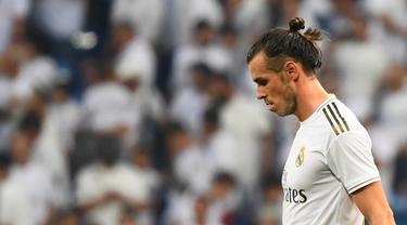 Gelandang Real Madrid, Gareth Bale, tampak kecewa usai ditahan imbang Valladolid pada laga La Liga di Stadion Santiago Bernabeu, Madrid, Sabtu (24/8). Kedua klub bermain imbang 1-1. (AFP/Gabriel Bouys)