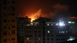 Ledakan akibat serangan udara Israel di Gaza City (25.3). Militer Israel melakukan serangan udara di Jalur Gaza sebagai balasan atas serangan roket yang mencederai tujuh penduduk di Tel Aviv utara. (Reuters/Mohammed Ajour)