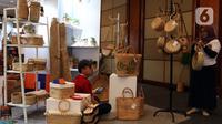 Pedagang kerajinan menunggu pembeli saat pameran UMKM Export BRILian Preneur 2019  di Jakarta Convention Center, Jakarta, Jumat (20/12/2019). UMKM Export BRILian Preneur 2019  berlangsung hingga 22 Desember. (Liputan6.com/Johan Tallo)