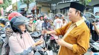 IAI Banyumas bersama Forkompina membagikan 1000 hand sanitizer gratis untuk pengguna jalan, Purwokerto, 19 Maret 2020. (Liputan6.com/Galoeh Widura)