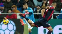 Gelandang Napoli, Lorenzo Insigne, melepas umpan saat melawan Crotone pada laga Serie A Italia di Stadion Ezio Scida, Crotone, Jumat (29/12/2017). Crotone kalah 0-1 dari Napoli. (AFP/Carlo Hermann)