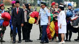 Presiden Jokowi bersama Panglima TNI Marsekal Hadi Tjahjanto menghadiri apel bersama Wanita TNI, Polwan dan segenap wanita komponen bangsa di Silang Monas, Jakarta, Rabu (25/4). Apel digelar guna memperingati Hari Kartini 2018. (Liputan6.com/Johan Tallo)