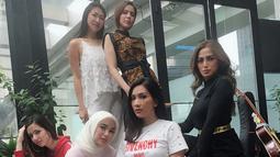 Pergaulannya dengan teman-teman sebelum berhijab pun masih dijaga. Seperti persahabatannya di Girlsquad, geng arisan yang juga dihuni oleh Nia Ramadhani dan Jessica Iskandar. (Foto: instagram.com/chafrederica)