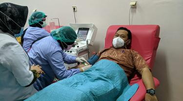 Bupati Gresik Fandi Akhmad Yani donor darah plasma (Dian Kurniawan/Liputan6.com)
