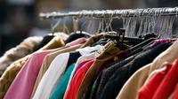 Belanja di toko baju bekas adalah salah satu kebaruan dalam hidup yang perlu dilestarikan. (Via: medium.com)
