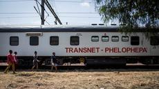 Kereta Phelophepha saat singgah di Pienaarsrivier, Afrika Selatan, Senin (6/3). Kereta Phelophepha adalah kereta medis yang melayani kesehatan untuk warga di pelosok. (AFP Photo/ JOHN WESSELS)