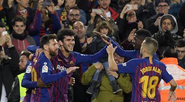 Barcelona meraih kemengan saat menjamu Villareal pada laga lanjutan La Liga Spanyol yang berlangsung di stadion, Camp Nou, Spanyol, Senin (3/12). Barcelona menang 2-0 atas Villareal. (AFP/Lluis Gene)