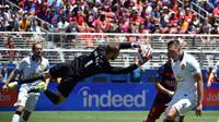 Salah satu aksi kiper Manchester United David De Gea, pada pertandingan International Champions Cup melawan Barcelona, di Santa Clara, California, 25 Juli 2015). MU memenangi laga itu 3-1. (AFP PHOTO/ JOSH EDELSON)