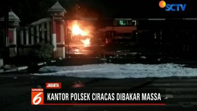 Akibat perusakan ini, arus lalu lintas di depan Polsek Ciracas dialihkan. Situasi masih mencekam lantaran aliran listrik di lokasi padam.