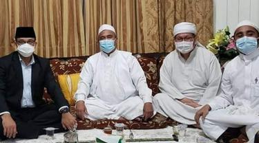 Gubernur DKI Anies Baswedan bertemu Rizieq Shihab di rumahnya, Selasa malam. (Foto: Istimewa/Twitter DPP FPI)