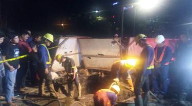 Seorang pekerja tertimbun lubang galian di Jalan Jembatan Tiga Raya, Penjaringan, Penjaringan, Jakarta Utara, Selasa (1/5/2018). (Liputan6.com/Moch Harun Syah)