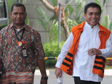 Gubernur Aceh nonaktif Irwandi Yusuf tersenyum saat tiba untuk menandatangani surat perpanjangan penahanan di gedung KPK, Jakarta, Jumat (28/9). Irwandi Yusuf diduga menerima suap dana Otsus Provinsi Aceh tahun 2018. (Merdeka.com/Dwi Narwoko)