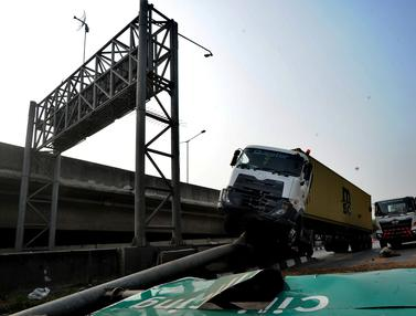 Sopir Ngantuk, Truk Kontainer Tabrak Pembatas Jalan Tol Tanjung Priok