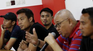 Mantan Pemain Timnas Indonesia, Maman Abdurahman, menghadiri jumpa pers di Jakarta, kamis (20/12). Para pemain tersebut membantah terlibat pengaturan skor di Piala AFF 2010. (Bola.com/M Iqbal Ichsan)