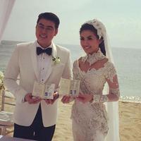 Asty Ananta dan Hendra Suyanto memamerkan  buku nikah (Instagram/@ @freddy_xiao)