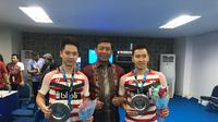 Ketum PBSI Wiranto memberi ucapan selamat kepada pemenang indonesia open dari ganda putra markus gideon dan kevin sanjaya. (PBSI)