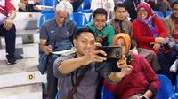 Evan Dimas bersama penonton di Stadion Selayang, Selangor, Malaysia. Selasa (22/8/2017). (Bola.com/Benediktus Gerendo Pradigdo)
