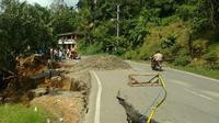 Bencana tanah bergerak melanda Koto Alam, Kabupaten Limapuluh Kota, Sumatera Barat. Jalur lintas Sumbar-Riau terancam putus. (Liputan6.com/ Novia Harlina)