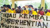 Puluhan mahasiswa Unilak Pekanbaru berdemonstrasi di gedung rektorat mendesak pemberhentian tiga rekannya dicabut. (Liputan6.com/M Syukur)