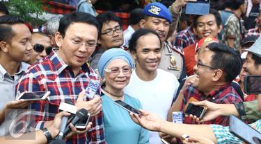 Cagub DKI no urut dua, Ahok memberikan keterangan pers usai melakukan pertemuan tertutup di markas Slank, Jakarta, Kamis (22/12/2016). Kedatangan keduanya disambut langsung oleh manager dan personel Slank. (Liputan6.com/Herman Zakharia)