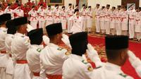 Pasukan Paskibraka Nasional 2017 melakukan hormat saat pengukuhan di Istana Negara, Jakarta, Selasa (15/8). Paskibra tersebut nantinya akan mengibarkan bendera merah putih pada upacara peringatan HUT RI-ke 72 di Istana Negara. (Liputan6.com/Angga Yuniar)