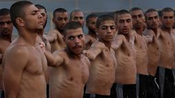 Mahasiswa Palestina baris-berbaris selama pelatihan militer di Al-Rebat College for Law and Police Science, Khan Younis, Jalur Gaza, Kamis (24/10/2019). Kampus tersebut didirikan oleh pemerintahan Hamas sejak tahun 2009 . (AP/Adel Hana)