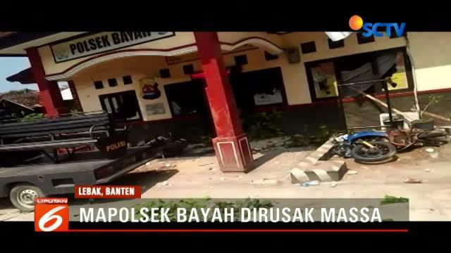 Ratusan warga Kecamatan Bayah, Kabupaten Lebak, Banten, menyerbu Mapolsek Bayah dan merusak aset milik Polsek. Dari keterangan yang diperoleh, amukan massa diawali penangkapan seorang nelayan.