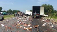 Insiden tabrakan dua buah truk ini terjadi pada Kamis lalu, pada pukul 10.45 waktu setempat di Intersate 40 west. Akibatnya jalanan ditutup dan menimbulkan kepadatan lalu lintas dari dua arah (Twitter/@myARDOT)