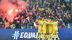 Para pemain Ukraina merayakan gol yang dicetak Andriy Yarmolenko ke gawang Portugal pada laga Kualifikasi Piala Eropa 2020 di Stadion NSK Olimpiyskyi, Kiev, Senin (14/10). Ukraina menang 2-1 atas Portugal. (AFP/Genya Savilov)