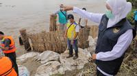 Gubernur Jatim Khofifah meninjau banjir Jombang. (Dian Kurniawan/Liputan6.com)