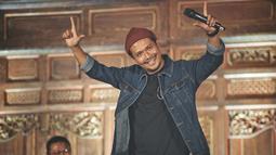 Mengulik mengenai Crazy Rich Surabaya memang sering jadi perhatian netizen. Tidak hanya Surabaya, namun kota-kota lain pun juga jadi perhatian. Dono yang merupakan komika pun mewawancarai dengan gaya khasnya yang kocak. (Liputan/IG/@donopradana)