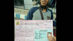Pria bernama Polisi saat ditilang Polisi Operasi Zebra 2017 karena tidak memiliki SIM. (Instagram @tmc_satlantasmojokertokota)