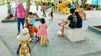 Keseruan keluarga menikmati fasilitas di taman tematik yang disediakan Pemkot Tangerang.