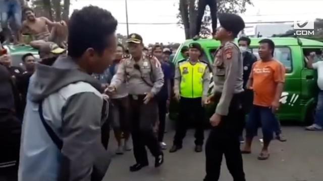 Polisi joget bersama para pendemo di depan Gedung Sate, Bandung, Jawa Barat.