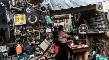 Suasana tempat jual - beli barang-barang antik di Kebayoran Vintage, Jakarta, Kamis (22/9/2020). Berdasarkan keterangan para pedagang, penjualan barang antik mengalami penurunan sebesar 50 persen di masa pandemi COVID-19 saat ini. (Liputan6.com/Johan Tallo)
