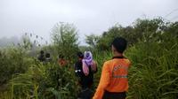 Ilustrasi – Penjemputan pendaki yang sakit dan tersesat di Gunung Slamet, Banyumas, Jawa Tengah. (Foto: Liputan6.com/Basarnas/Muhamad Ridlo)