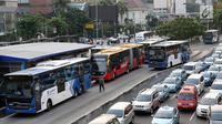 Suasana di Halte Harmoni, Jakarta, Senin (10/7). PT Transportasi Jakarta menargetkan jumlah penumpang bus Transjakarta pada tahun 2017 adalah 185 juta orang, atau naik sebanyak 50 persen. (Liputan6.com/Immanuel Antonius)