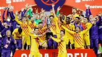 Para pemain Barcelona melakukan selebrasi usai menjuarai Copa del Rey di Stadion Olimpico de Sevilla, Minggu (18/4/2021). Barcelona menang 4-0 atas Athletic Bilbao. (AFP)