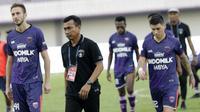 Pelatih Persita Tangerang, Widodo Cahyono Putro, saat melawan PSM Makassar pada laga Shopee Liga 1 di Stadion Sport Center Tangerang, Jumat, (6/3/2020). Kedua tim bermain imbang 1-1. (Bola.com/M Iqbal Ichsan)