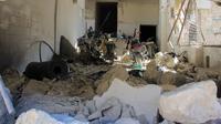 Sebuah roket menghantam rumah sakit tempat merawat para korban serangan senjata kimia di wilayah barat laut Suriah, Selasa (4/4). Roket menghantam rumah sakit itu tepat saat para dokter sedang merawat korban serangan tersebut. (Omar haj kadour/AFP)