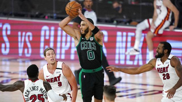 Pebasket Boston Celtics, Jayson Tatum, berusaha memberikan bola saat melawan Miami Heat pada gim pertama final Wilayah Timur playoff NBA di SPN World of Sports Complex, Selasa (15/9/2020). Heat menang dengan skor 117-114. (AP/Mark J. Terrill)